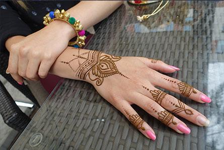 stanowisko z tatuażami z henny