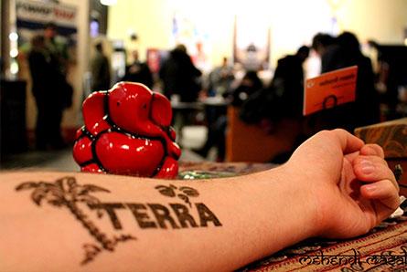 tymczasowy tatuaż z logo