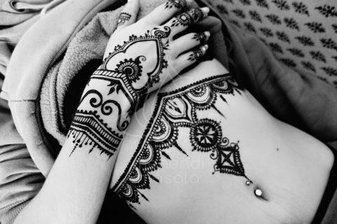 Tatuaże z henny wzory pod biustem