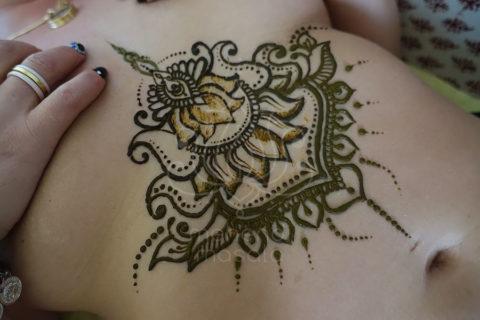 Tatuaże z henny wzory pod biustem lotos