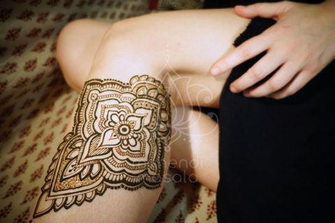 tatuaże z hnenny wzory na nogach wzór pod kolanem