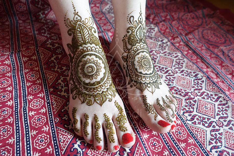 tatuaż z henny wzory nogi mehendi na stopach