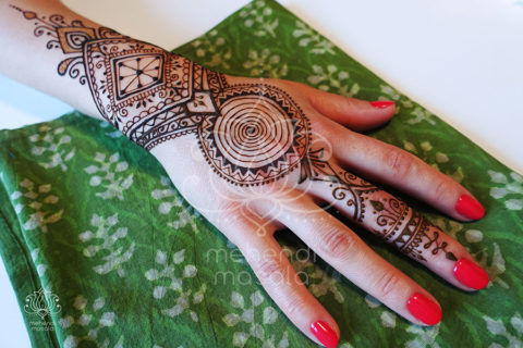 wzór-mehendi-henna-na-dłoni-henna-spirala