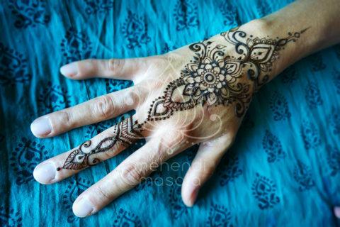 wzór mehendi inspiracja henna na dłoni i palcu