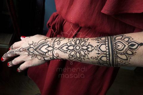 inspiracja henna duży wzór mehendi na ręku