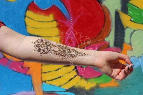 mały wzór mehendi na przedramieniu henna inspiracje