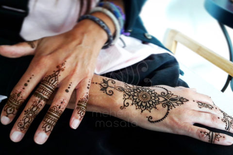 inspiracje henna wzory mehendi delikatne na palcach i dłoni