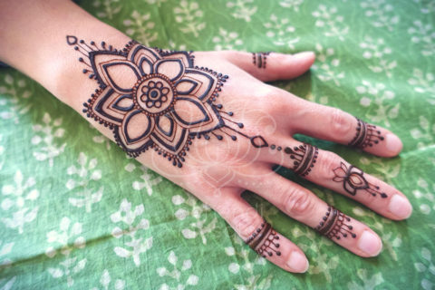 Inspiracje mehendi henna kwiat na dłoni