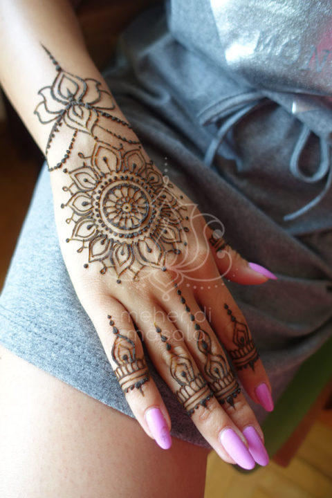 wzór mehendi inspiracja henna mandala na dłoni