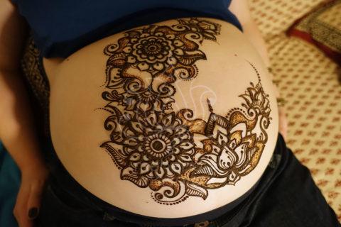 Tatuaże z henny wzory brzuch ciąża kwiaty