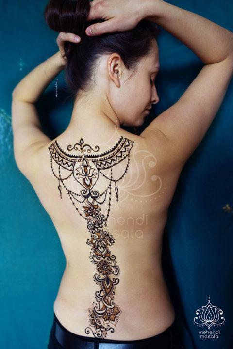tatuaż z henny wzory plecy łańcuszki i kwiaty