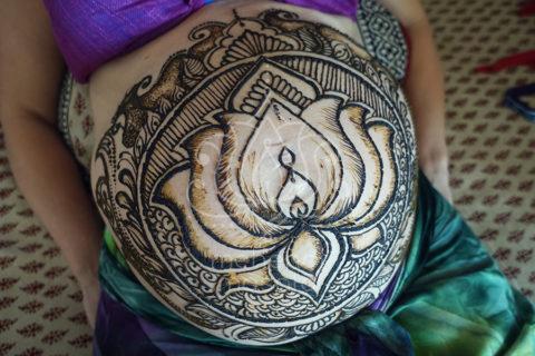 Tatuaże z henny wzory brzuch ciąża lotos
