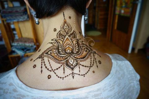 tatuaż z henny wzory lotos na karku