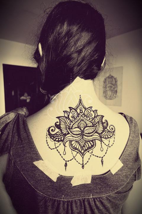 tatuaż z henny wzory lotos na plecach