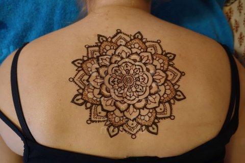 tatuaż z henny wzory na plecach wzory mehendi mandala