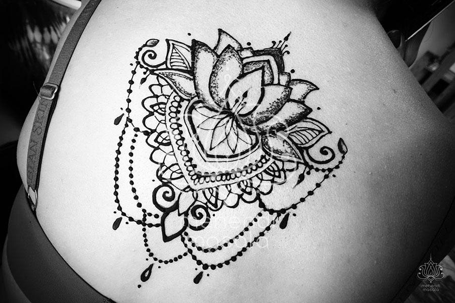 Tatuaż Z Henny Wzory Mehendi Piekny Lotos Na Plecach