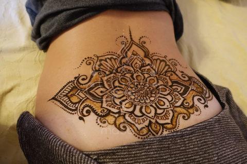 tatuaż z henny wzory na plecach wzory mehendi mandala na ledzwiach