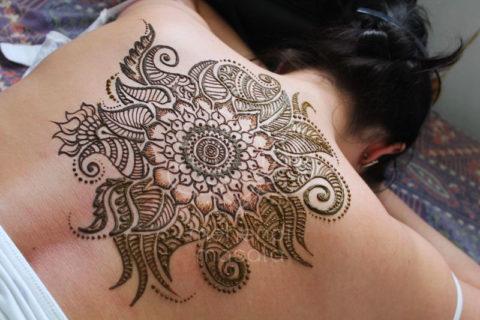 tatuaż z henny wzory na plecach wzory mehendi mandala kwiaty