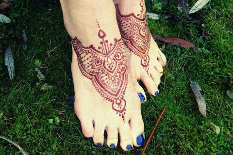 tatuaże z hnenny wzory na nogach wzór henna na stopach kolor