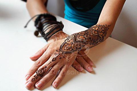 inspiracja henna wzór mehendi na przedramieniu, dłoni i palcu