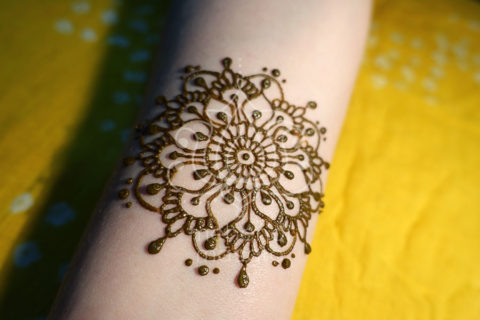 inspiracja henna wzór mehendi mandala na przedramieniu