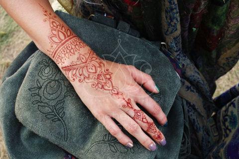inspiracje henna wzory mehendi na dłoni kolor po zabarwieniu