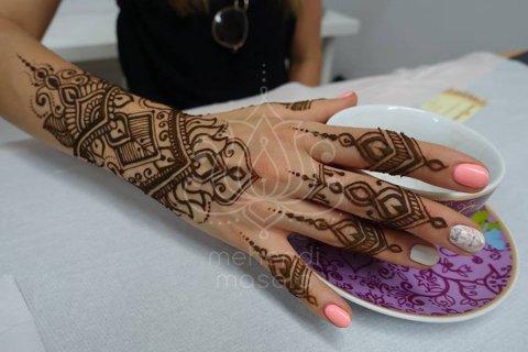 inspiracje henna wzór mehendi na dłoni i palcach