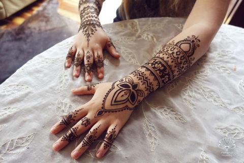 inspiracja henna wzór mehendi na obu rękach