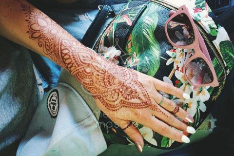 inspiracje wzory mehendi na ręku brązowy kolor henny