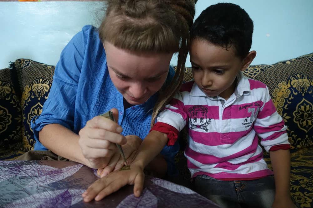 maluję syna saidy henną z rożką