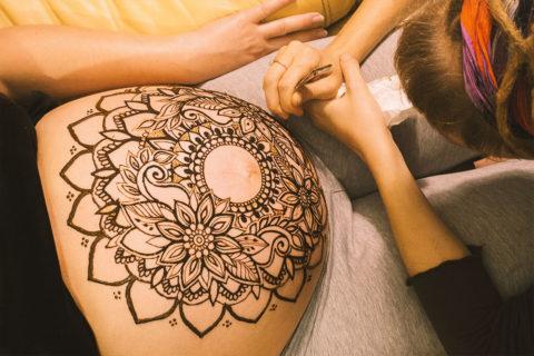 henna-na-brzuchu-ciążowym-mandala