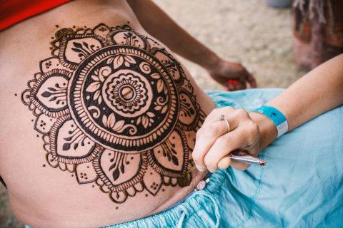 Henna na brzuchu ciążowym mandala