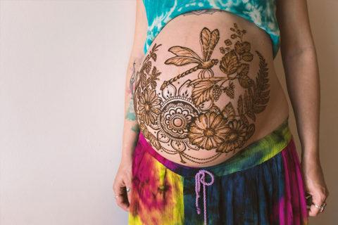 henna-na-brzuchu-ciążowym-motywy-roslinne