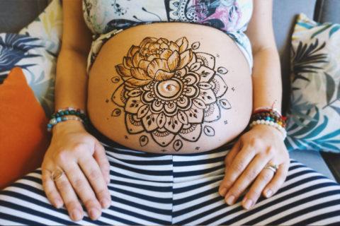 henna-na-brzuchu-ciążowym-peonia-mandala