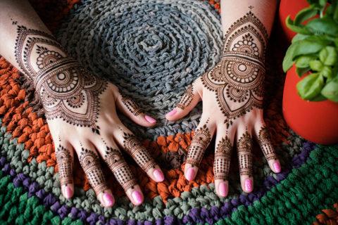 Symetryczne wzory henną na obu dłoniach