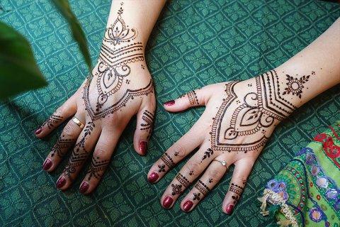Henna na dłoniach