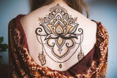 Lotos henna na plecach