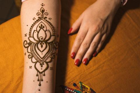 Lotos wzór henną na przedramieniu