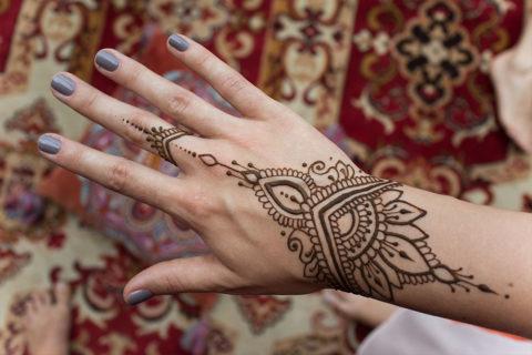 mały-wzorek-henna-na-dłoni