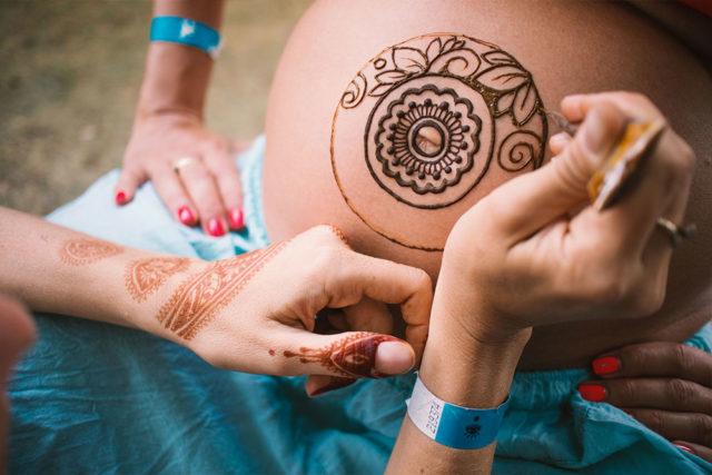 Malowanie henną brzuszka ciążowego