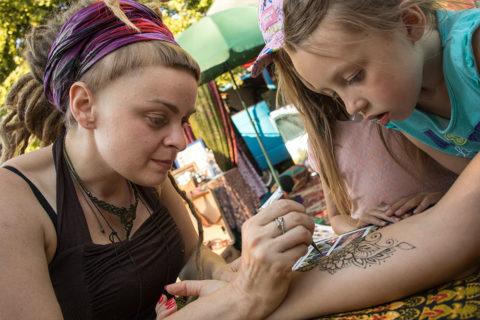stanowisko-z-henna-na-wydarzeniu