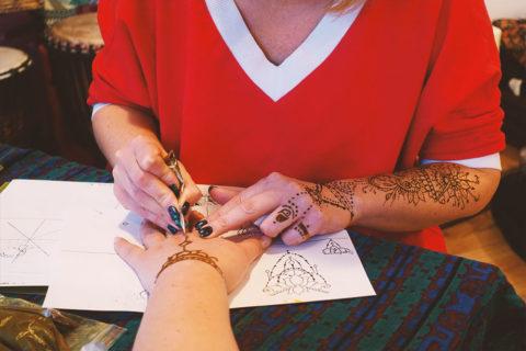 warsztaty-integracyjne-malowanie-henna