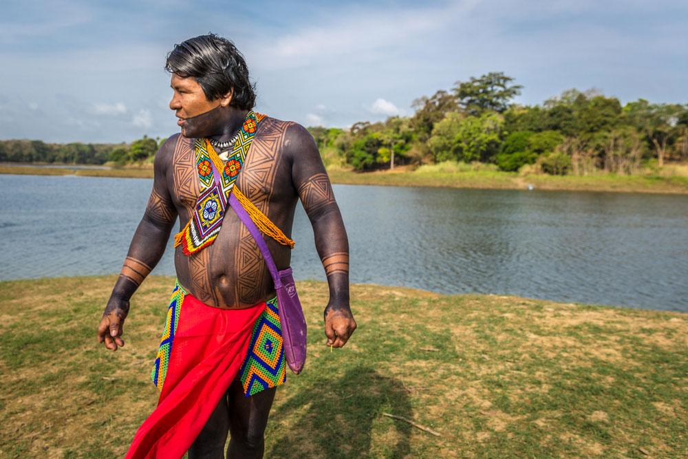 mieszkaniec amazonii wymalowany jaguą